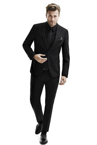 dadcb99592906 По той же причине черную рубашку не стоит надевать с темно-синим костюмом  или брюками. Старайтесь выбрать что-то светлое или среднее по тону.