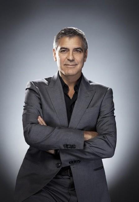 badd5ea06bad600 Джордж Клуни постоянно придерживается сочетания серого костюма с рубашкой  без галстука.
